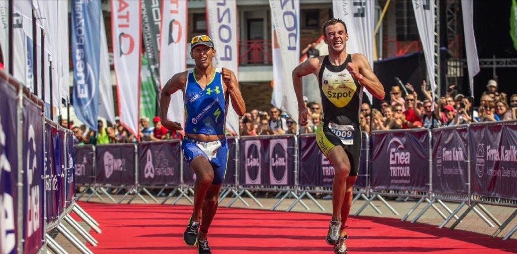 Dariusz Kowalski wyprzedza Chrisa McCormacka na finiszu ubiegłorocznego triathlonu w Poznaniu
