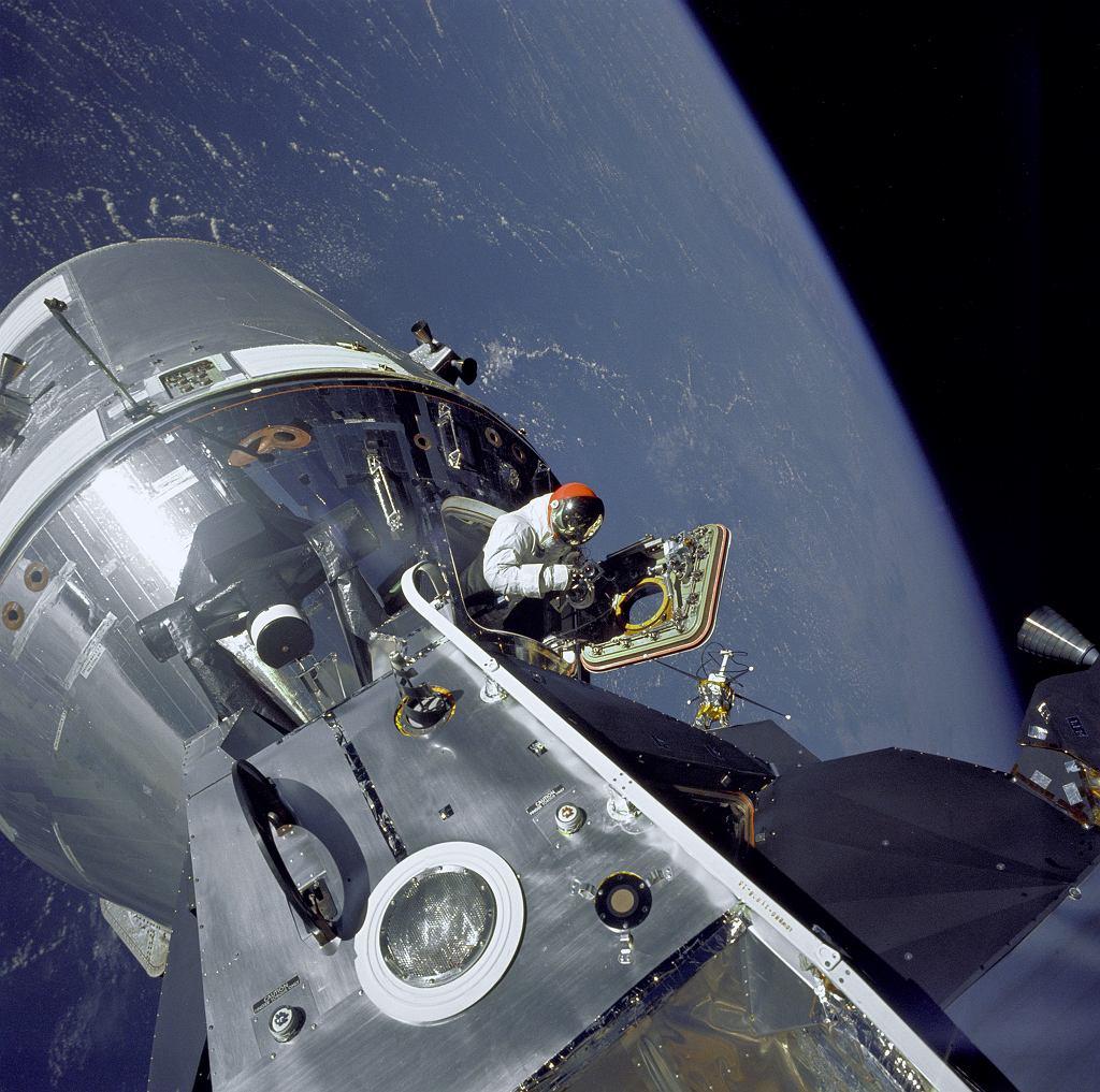 Astronauta David Scott wystający z modułu dowodzenia statku Apollo 9