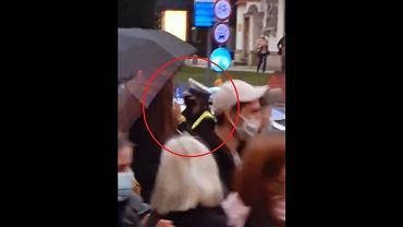 Policjantka bije brawo protestującym we Wrocławiu