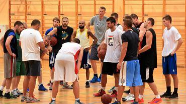 Legioniści, którzy w zeszłym sezonie wywalczyli awans na zaplecze Tauron Basket Ligi, w poniedziałek wrócili do zajęć rozpoczęli przygotowania do pierwszoligowej rywalizacji.