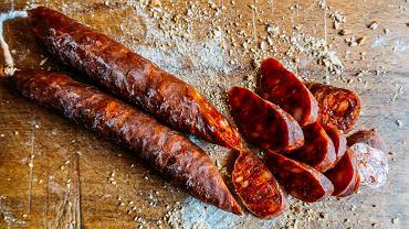 Chorizo to kiełbasa, która długo nabywa swojego charakterystycznego smaku i zapachu - suszy się ją przez kilka tygodni, przez co również staje się lekko kwaskowata