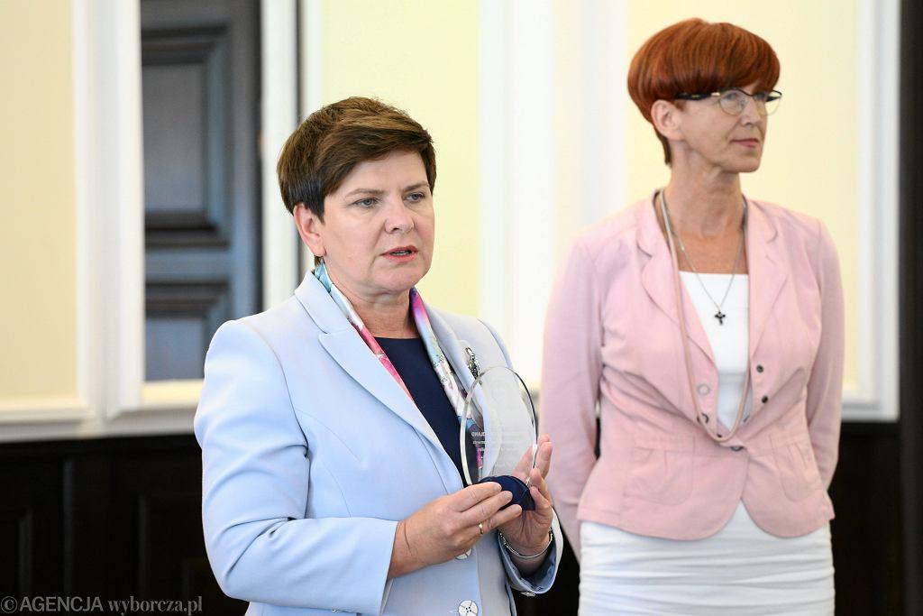 Premier Beata Szydło oraz minister rodziny, pracy i polityki społecznej Elżbieta Rafalska na posiedzeniu Rady Ministrów
