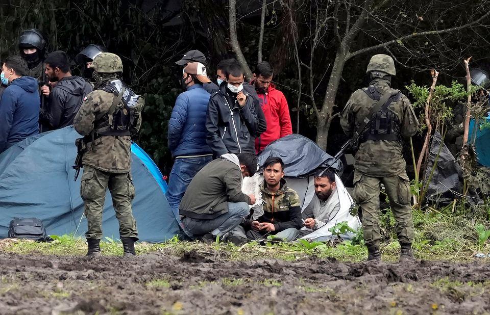 Uchodźcy na granicy polsko-białoruskiej w okolicy Usnarza Górnego.