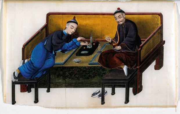 Dwóch chińskich bogaczy palących  opium. Gwasz na papierze ryżowym, XIXwiek.