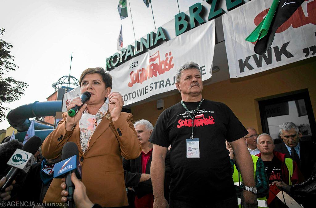 Październik 2015 r. Beata Szydło wśród demonstrujących przeciwko zamknięciu kopalni w Brzeszczach górników.