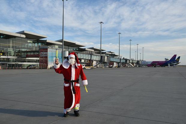 Zdjęcie numer 5 w galerii - Niecodzienny widok na wrocławskim lotnisku. Pasażerów witali i żegnali mikołaje-marszałkowie [ZDJĘCIA]