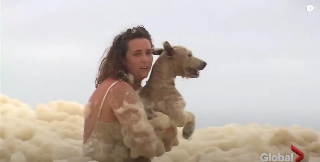 Ogromne ilości piany morskiej na plażach w Australii
