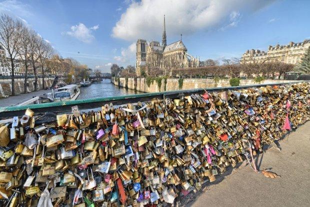 O jedną kłódkę za dużo. Most zakochanych w Paryżu częściowo się zawalił z powodu nadmiaru miłości
