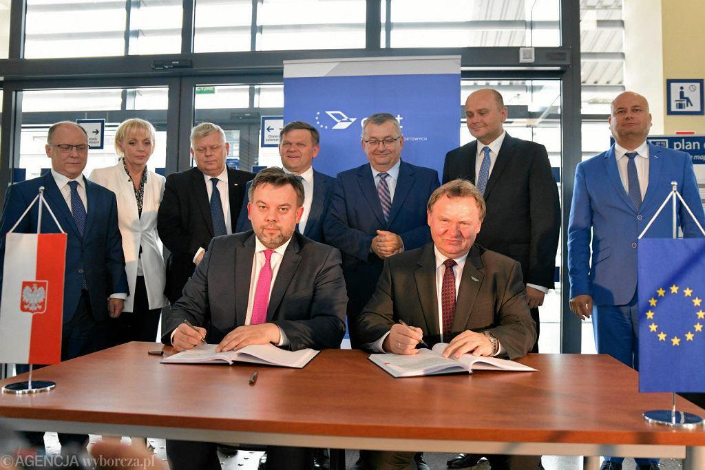 W czerwcu 2018 roku w Radomiu podpisano umowę na dofinansowanie modernizacji linii Radom - Warszawa z Funduszu Spójności w ramach perspektywy 2014-2020. W poprzedniej perspektywie nie udało się wykorzystać unijnej dotacji na remont torów.