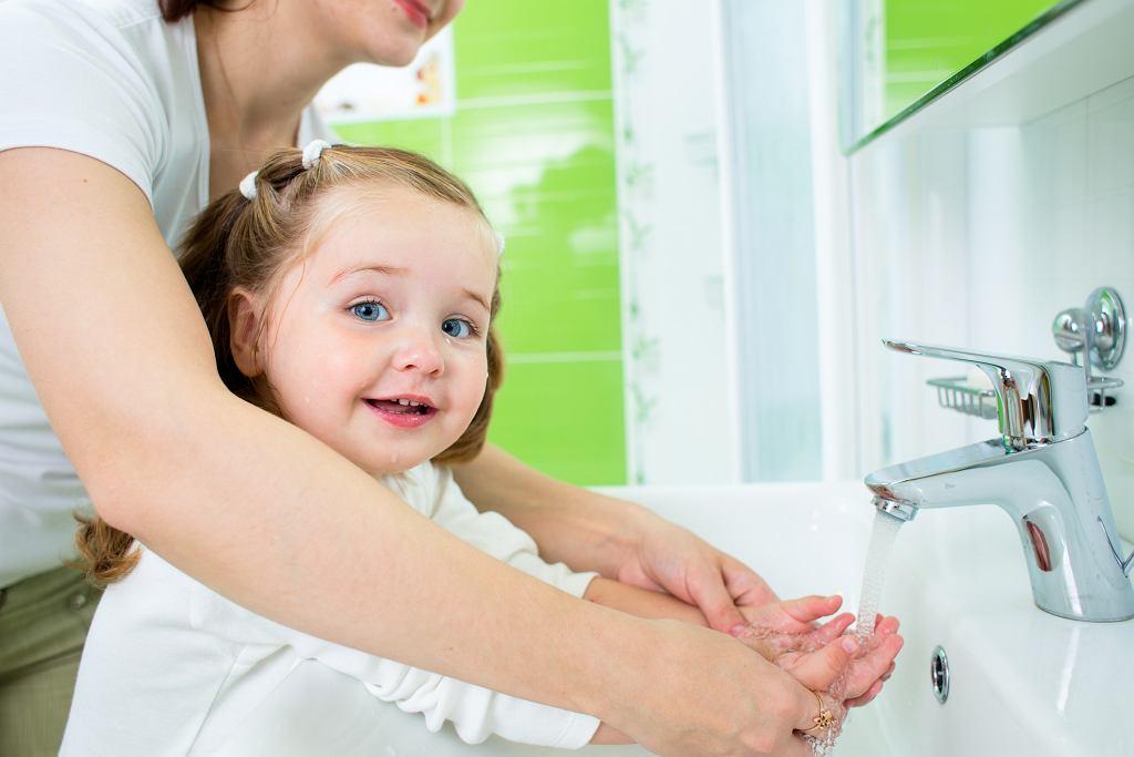 Koronawirus. Zapobieganie zakażeniu u dzieci. Prawidłowe mycie rąk jest podstawą.