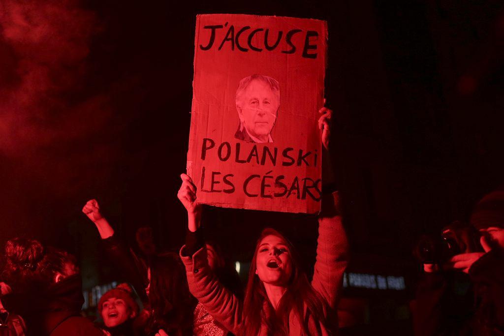 28.02.2020 r., Paryż. Protesty aktywistek przed wejściem na galę rozdania Cezarów przeciwko nagrodzeniu Romana Polańskiego.