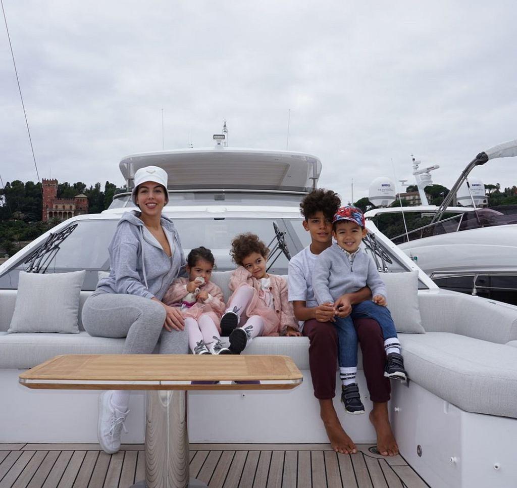 Georgina Rodriguez opublikowała zdjęcia dzieci Cristiano Ronaldo. O komentarz pokusiła się Anna Lewandowska