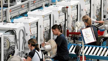 Pracownicy na produkcji pralek