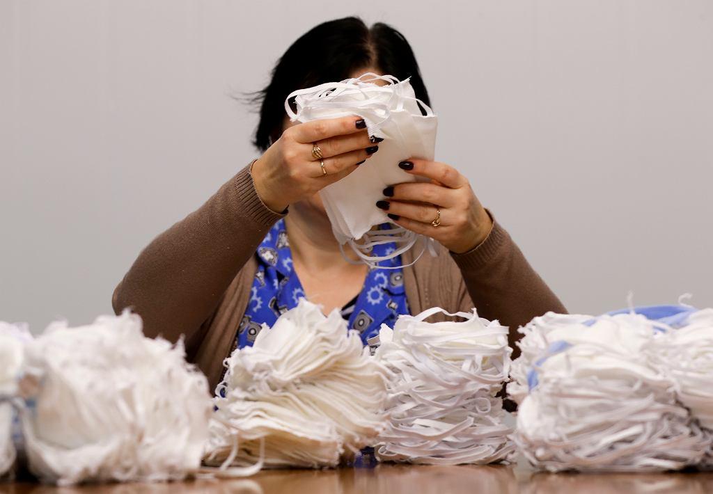 Pandemia koronawirusa. Pracownicy państwowej fabryki 'Blakit' szyją maseczki ochronne. Baranowicze. Białoruś, 17 marca 2020