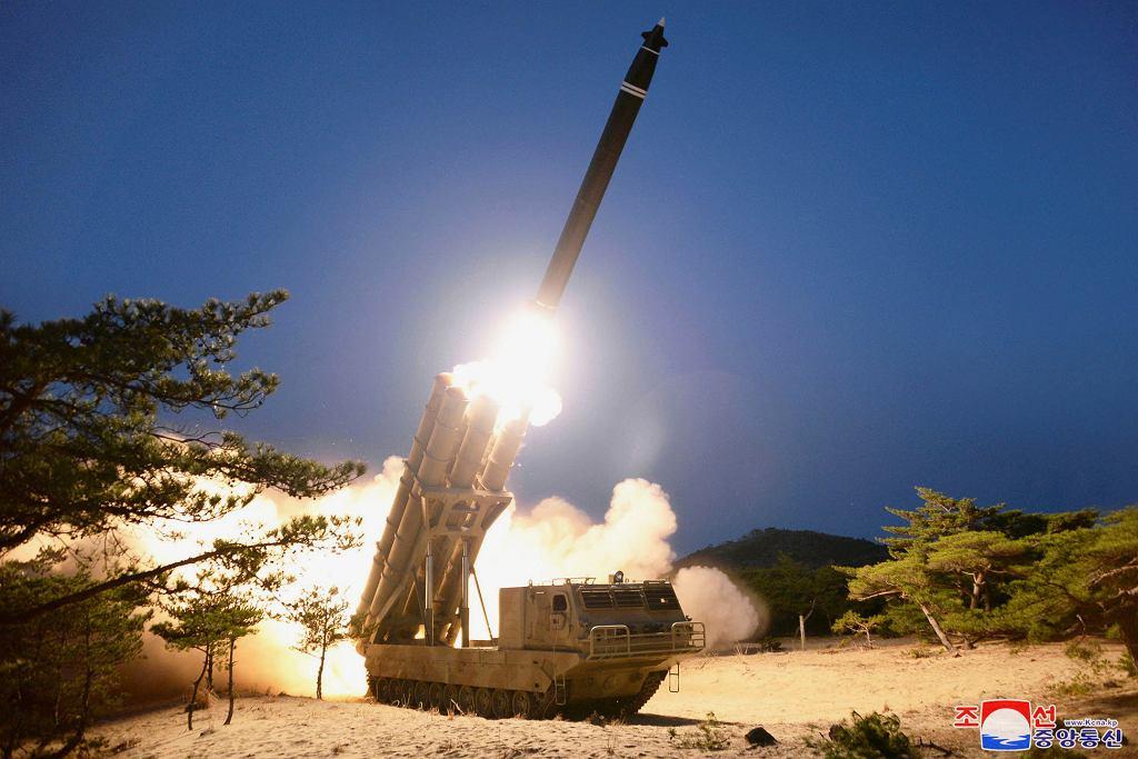 Zdjęcie przekazane przez reżim mające pokazywać najnowszy test rakietowy