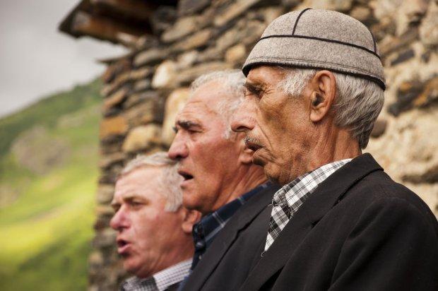 Gruzini kochają ucztowanie, podczas którego nigdy nie brakuje tradycyjnych śpiewów / fot. Shutterstock