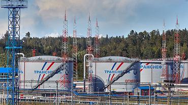 Białoruskie rafinerie zaczęły zamawiać w Rosji ropę naftową po 4 dol. za baryłkę - potwierdził białoruski holding naftowy Biełnieftiechim. To może być ostatnia taka wyprzedaż rosyjskiej ropy dla Mińska, bo od czwartku ceny ropy wzleciały.