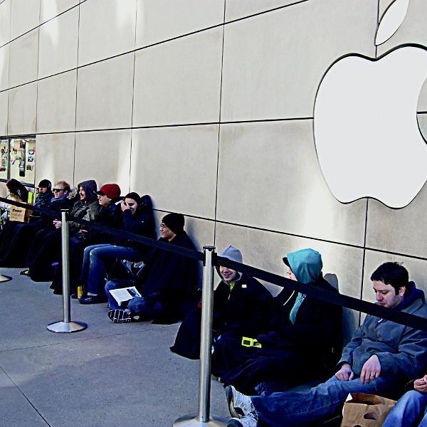 Kolejka pod jednym ze sklepów Apple