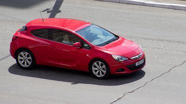 Samochód do 15 tys. - jedną z propozycji jest Opel Astra GTC. Zdjęcie ilustracyjne, HOHLOVMIHAIL/shutterstock.com