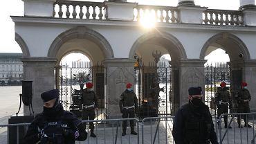 Główne obchody 11. rocznicy katastrofy smoleńskiej. Premier, prezes PiS i maraszałek Sejmu złożyli wieńce na grobach