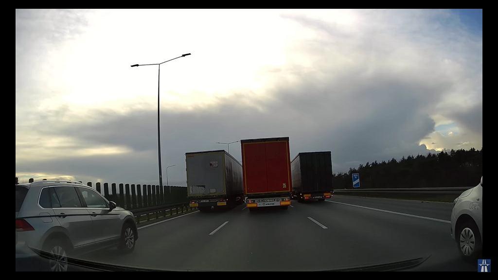 Trzy tiry obok siebie na autostradzie A2