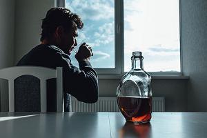 Zwolnienie na alkohol. Lekarze coraz częściej je wystawiają, a ZUS zmienia zasady kontroli chorobowego