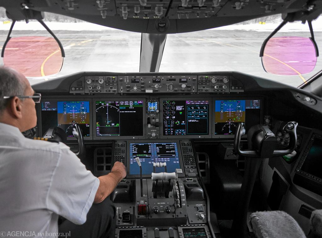 Miejsce pracy pilotów. Na zdjęciu dreamliner w barwach PLL LOT (fot. Michał Łepecki / Agencja Gazeta)