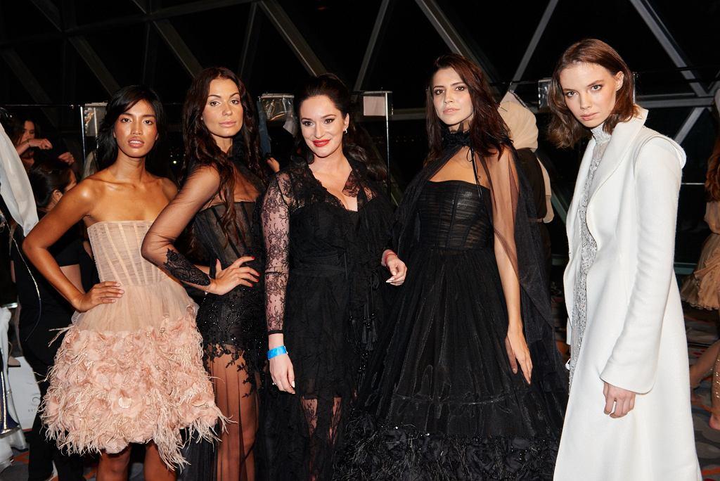 Sylwia Romaniuk z modelkami za kulisami pokazu na Arab Fashion Week w Dubaju