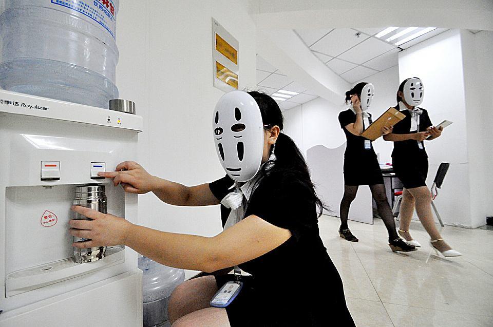 Chińska firma zorganizowała 'dzień bez twarzy', by pracownicy ukrywając twarze pod maskami nie musieli wyrażać swoich fałszywych emocji i mogli się zrelaksować. Handan, 2015 r.