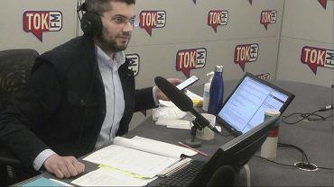Maciej Głogowski, prowadzący poranek TOK FM z telefonem w ręku