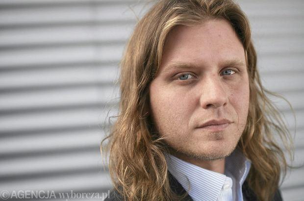 Piotr Woźniak-Starak, mąż Agnieszki Woźniak-Starak, od niedzielnego poranka jest poszukiwany przez policję i nurków na jeziorze Kisajno. Poszukiwania wznowiono w poniedziałek o 6 rano.