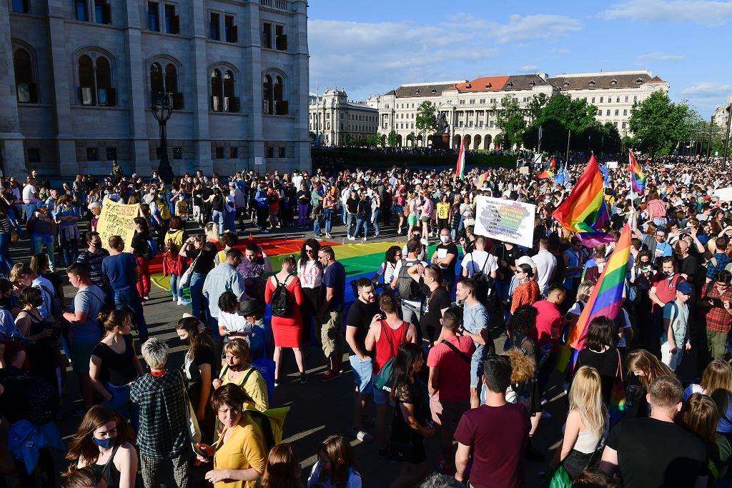 Protest wspierający osoby LGBT przed budynkiem parlamentu w Budapeszcie