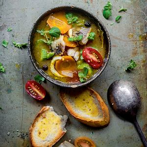Zupa zpłotek ikarasi zpomidorami