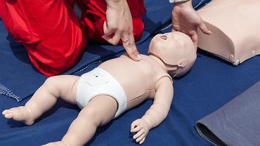 RKO, czyli resuscytacja krążeniowo-oddechowa to zespół czynności wykonywanych u osoby, u której podejrzewa się nagłe zatrzymanie krążenia, czyli ustanie czynności serca z utratą świadomości i bezdechem.
