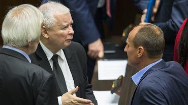 Jarosław Kaczyński, Ryszard Terlecki i Paweł Kukiz podczas 26. posiedzenia Sejmu VIII kadencji.
