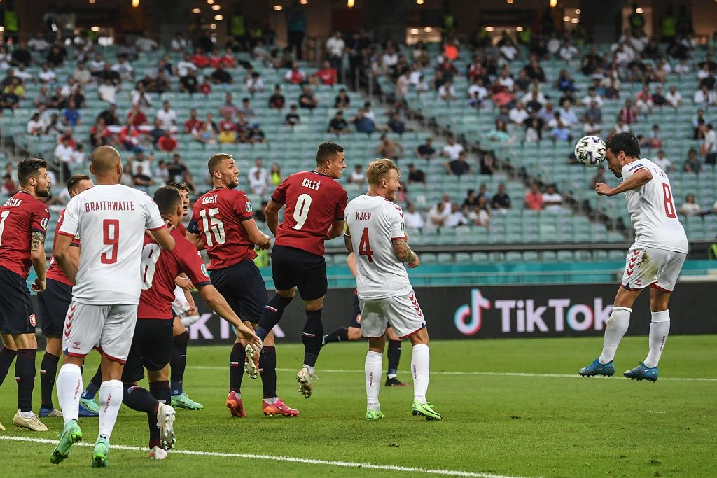 Szybki gol Danii, ale... nie powinno go być! 'Rożny z kapelusza'