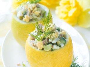 Sałatka majonezowa z tuńczykiem, jajkiem i ogórkiem