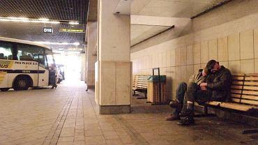 Bezdomni na dworcu autobusowym
