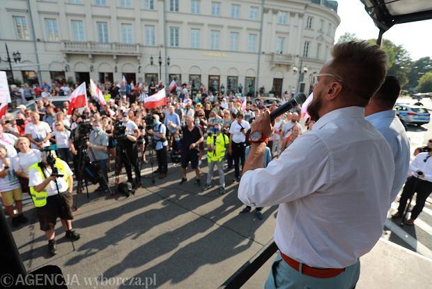 Protest w Warszawie przeciwko obostrzeniom sanitarnym wprowadzonym z powodu epidemii koronawirusa