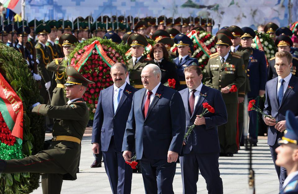 Prezydent Białorusi Aleksander Łukaszenko w otoczeniu swoich synów Dymitra (drugi z prawej), Wiktora (w środku po lewej) i Mikołaja (po prawej) uczestniczy w ceremonii złożenia wieńców na Placu Zwycięstwa w Mińsku, w 76. rocznicę zakończenia II wojny światowej w Europie, 9 maja 2021 r.