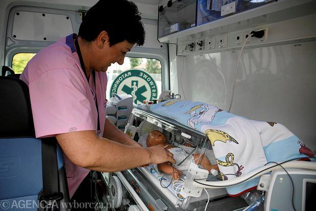 """""""Schłodzić mózg"""". Hipotermia w karetce uratuje noworodki z niedotlenieniem mózgu. To pierwszy taki projekt w Polsce"""