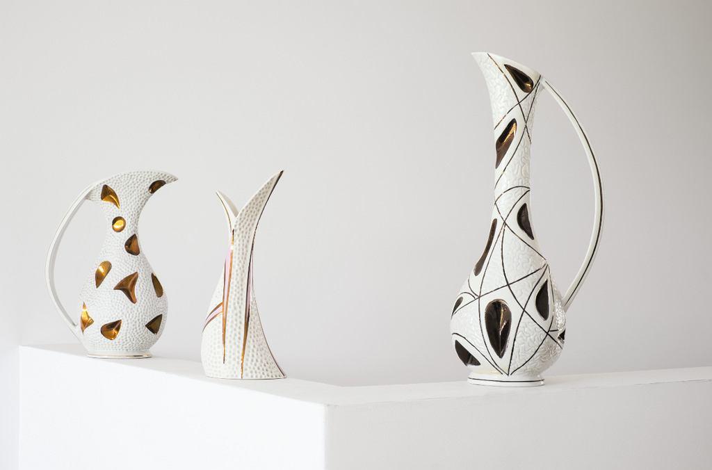 Wazony reliefowe, wyzłacane z Wytwórni Wyrobów Ceramicznych Steatyt w Katowicach, lata '60 (fot. Max Zieliński, Eliza Dunajska)