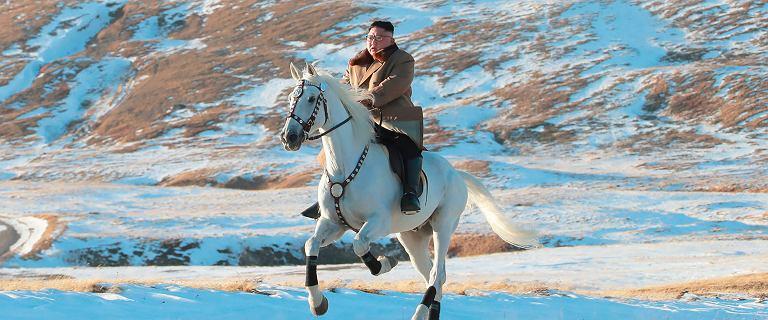 Kim Dzong Un mknie na białym koniu. I zapowiada