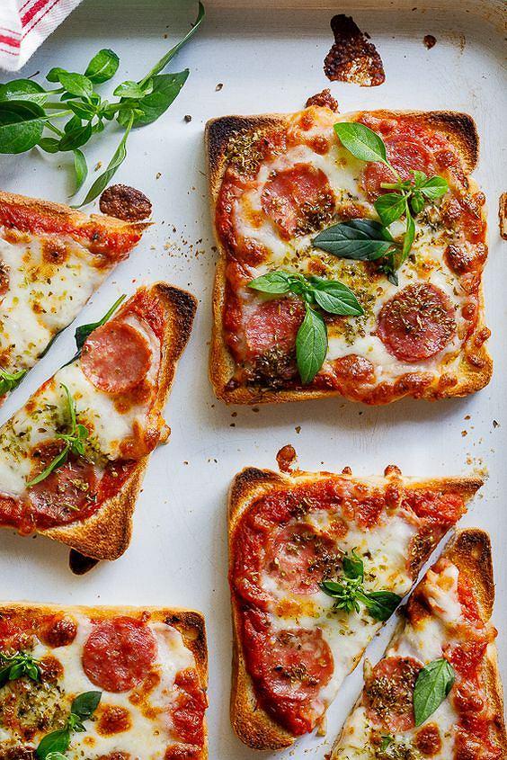 Taka mini pizza jest bardzo sycąca, a jej przygotowanie zajmuje kilka minut.