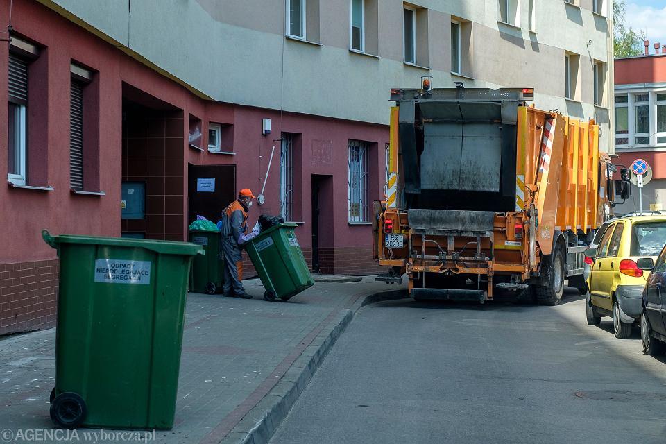- Nie dotrzymywanie terminów odbioru śmieci, wylewanie się odpadów ze śmietnika  spowoduje regres w segregowaniu śmieci - pisze nasza czytelniczka i podaje przykład z Warszawy z własnego podwórka.