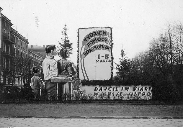 Tydzień Pomocy Bezrobotnym w Bydgoszczy w 1936 r..  Plansza propagandowa na placu Wolności według projektu artysty malarza A. Skrzypczaka.