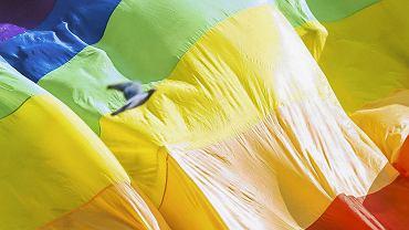 Opolska policja uznała, że tęczowa flaga nie obraża uczuć religijnych.