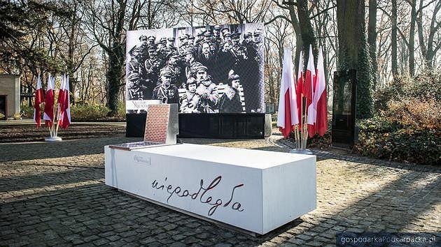 Ławka niepodległości. Zdjęcie ilustracyjne