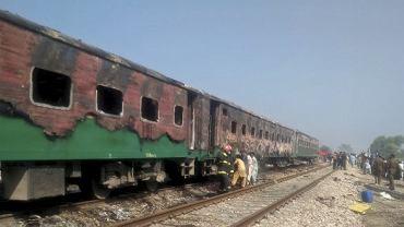 Co najmniej 65 osób zginęło w pożarze, który wybuchł w jadącym pociągu w prowincji Pendżab w Pakistanie