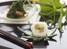 Szpinak z kurkami i ichimatsu-maki  z wędzonym łososiem i świeżym ogórkiem - ugotuj